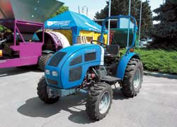 Этот мини-трактор FS250 имеет запутанную родословную. Он «индиец», марки Mahindra, но… китайского «разлива». Двигатель – 3-цил., 25 л. с. Тяговое усилие – 4140 N. Снаряженная масса – 1000 кг.