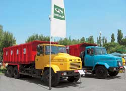 Кременчугский автозавод показал два самосвала с 330-сильными двигателями ЯМЗ. Первый – КрАЗ-6230С4 – «буряковоз» с 20-кубовым кузовом на 17 т. Второй (на фото справа) – КрАЗ-65055-064-02, с 16-кубовой платформой, грузоподъемностью 20 т.