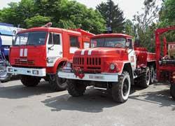 Были на выставке и два «пожарника». Торговый Дом «КАМАЗ» показал автоцистерну-вездеход, а вот специальный автомобиль СПК на шасси ЗИЛ-131 приехал прямо из пожчасти села.