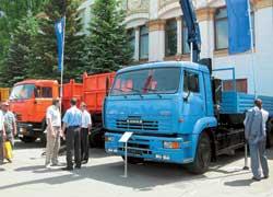 Длиннобазный грузовик КАМАЗ-65117 (6х4), оснащенный телескопическим краном-манипулятором Amco Veba