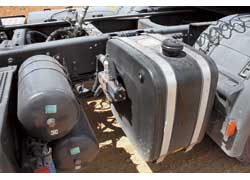 Этот бак – не под AdBlue, а под масло для гидравлики подъема кузова – Hyva. Кстати, на тесте машины Scania были с моторами Евро 4 с системой рециркуляции выхлопных газов EGR (AdBlue фирма применяет только на двигателях Евро 5).