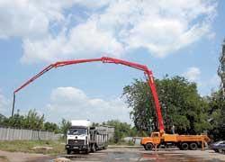 Автобетононасос на шасси КрАЗ. Новая разработка позволяет осуществлять подачу бетонной смеси на высоту до 37 м, а в горизонтальном направлении – до 33 м. Производительность автобетононасоса составляет от20до158 кубометров в час.