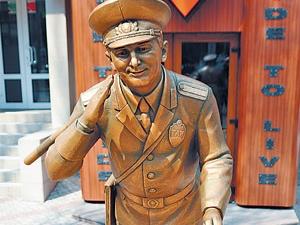 памятник работнику ГАИ в Донецке