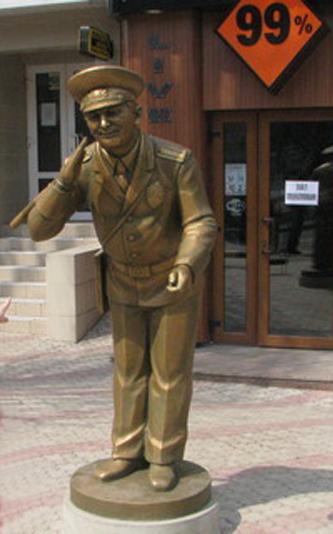 памятник гаишнику в Донецке