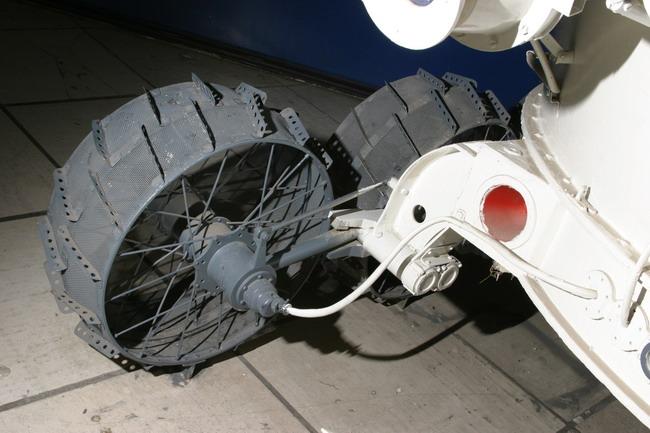 На случай заклинивания привода был предусмотрен пиропатрон для отстреливния редуктора и превращения оклеса в пассивное.