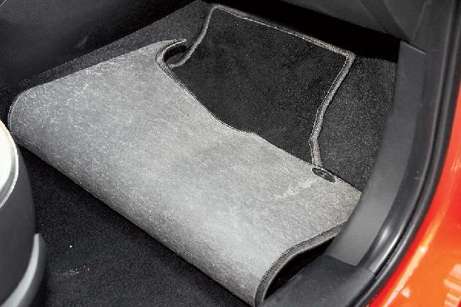 коврики в салоне автомобиля