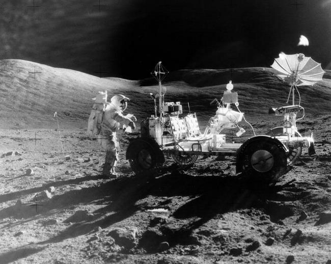 """Американский """"Лунный ровер"""" приводился от батарей и мог перевозить двух человек."""