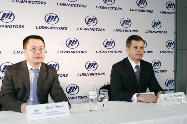 Вице-президент компании Lifan Motors г-н Марк Тимбер и зам. директора компании «Богдан-Индустрия» Игорь Ткаченко