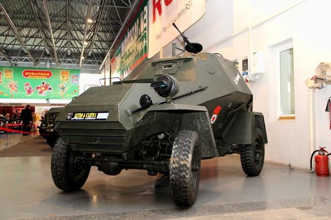 RetВ Киеве открылась выставка ретро-автомобилейro01