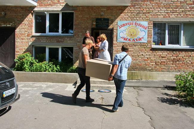 Автопробег «АИС-детям»: воспитанники детдома в Сквире получили подарки