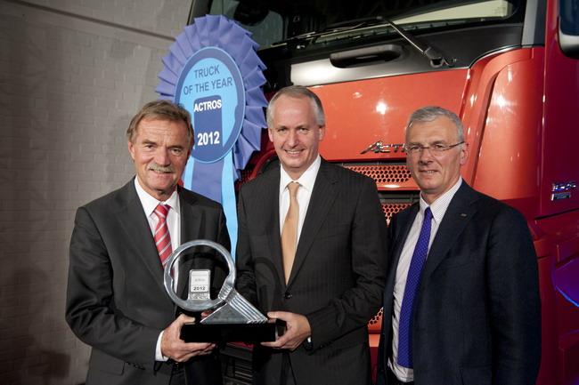 Слева направо: Георг Веберг, глава Truck Product Ingeeniring, Хурберт Троска, глава Mercedes-Benz Trucks и Жиненрико Гриффини, глава жюри конкурса Truck of the Year 2012.