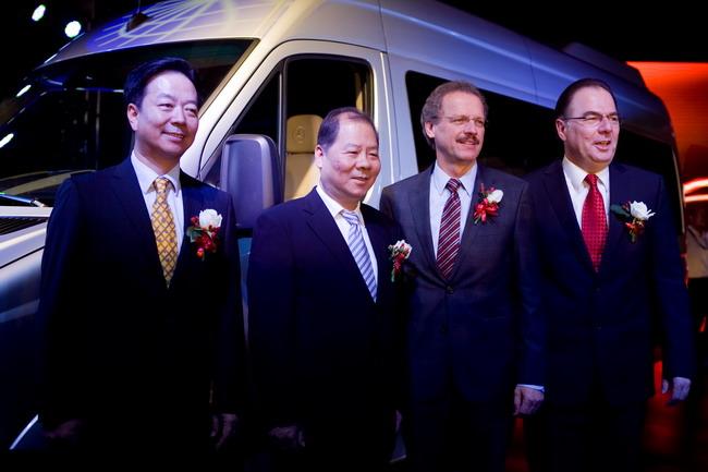 На фото – крайний слева, Lian Xiaoqiang, глава Fujian Motor Industry Group Co. и Fujian Daimler Automotive Co., Ltd., второй справа - Volker Mornhinweg, глава подразделения Mercedes-Benz Vans.