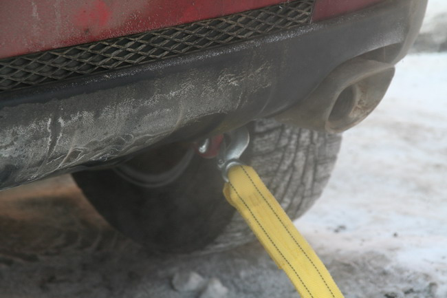 Буксирная петля Korando расположена доступно, но из-за ее толщины защелка крюка троса не срабатывает.