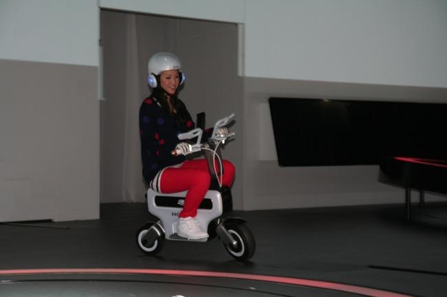 Скутер очень легок в управлении, хотя неудобен для людей высокого роста