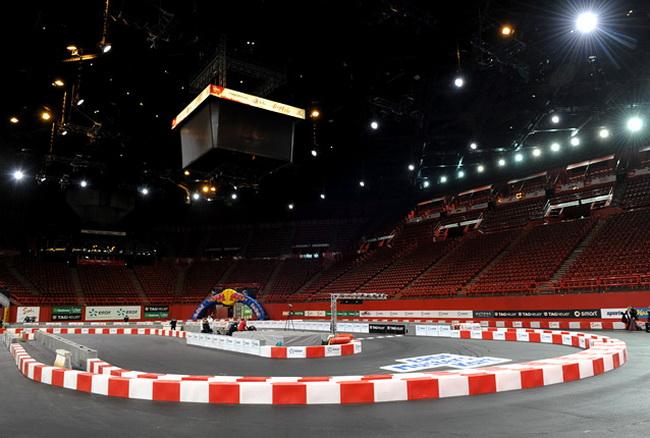 """Крытая арена """"Пари Берси"""" не раз принимала """"параллельку"""" Гонки Чемпионов, а теперь вновь была заасфальтрована, превратившись в 550-метровый картодром"""