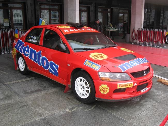 Легендарные автомобили выставлены возле «Украины»
