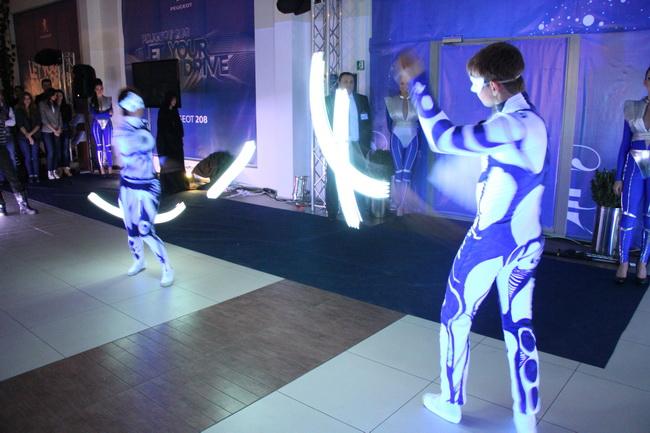 Гостей ожидала оригинальная развлекательная программа с зажигательным флэш-мобом и пришельцами из космоса.