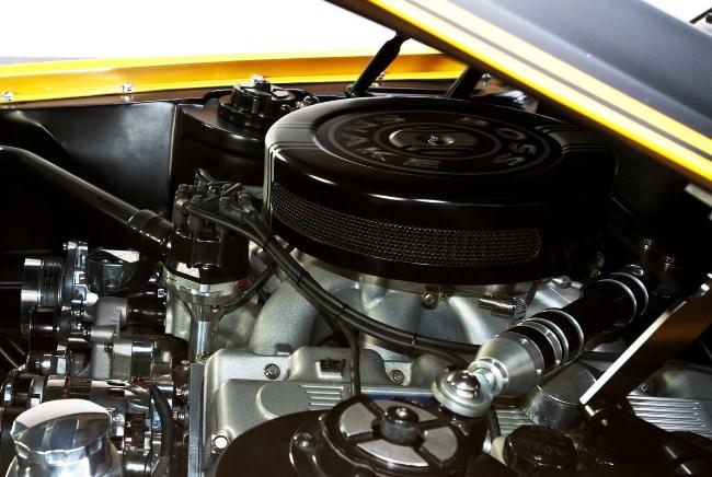 Желтый Ford Mustang Boss Snake 1970