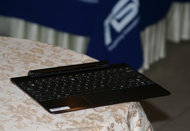 Планшетный компьютер в автомобиле, док-станция к нему содержит дополнительную батарею.