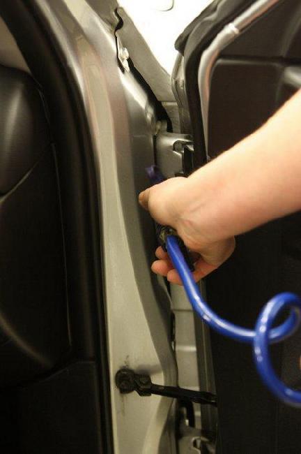 Если мыть машину в мороз, изо всех щелей нужно тщательно выдуть влагу.