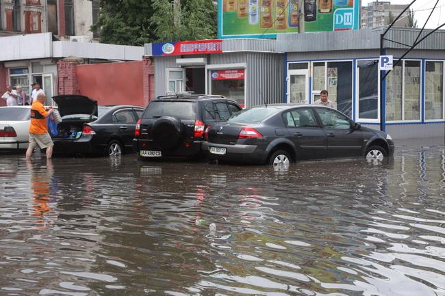 Если на стоящем авто вода не поднялась до порогов дверей - последствий не будет.