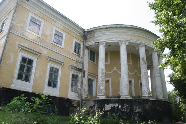 Белый дом в селе Черномин давно требует ремонта.
