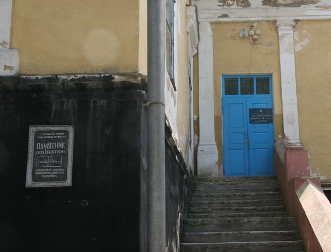 Сейчас тут местная школа. Дети почему-то ходят через двери для прислуги.
