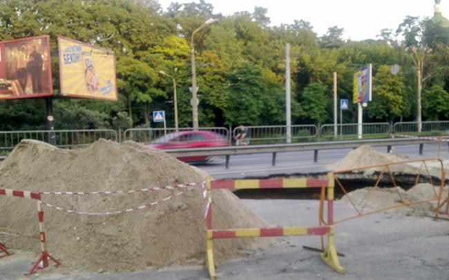 на ул. Телиги обвалился асфальт