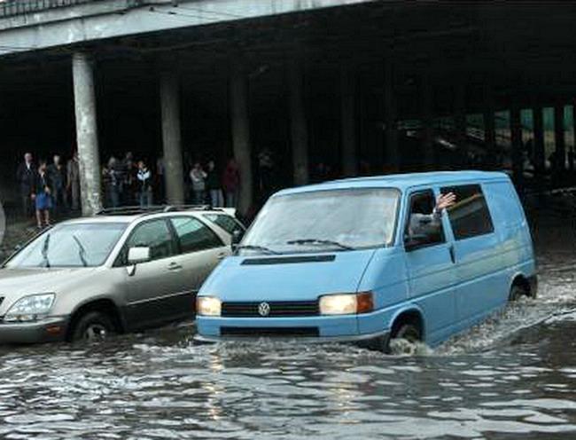 Внезапный дождь в Киеве парализовал движение транспорта