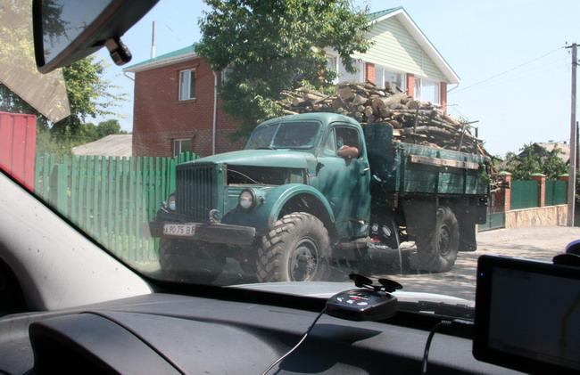Это ГАЗ-63. Вот такая техника до сих пор востребована в украинской глубинке.