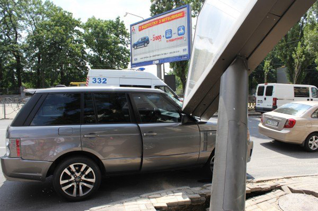 В центре Киева билборд рухнул на внедорожник Range Rover