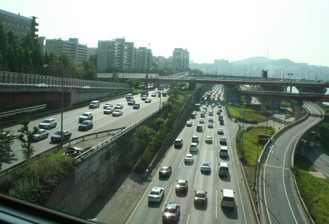 На улицах Сеула и других южнокорейских городов доминирует транспорт местного производства.