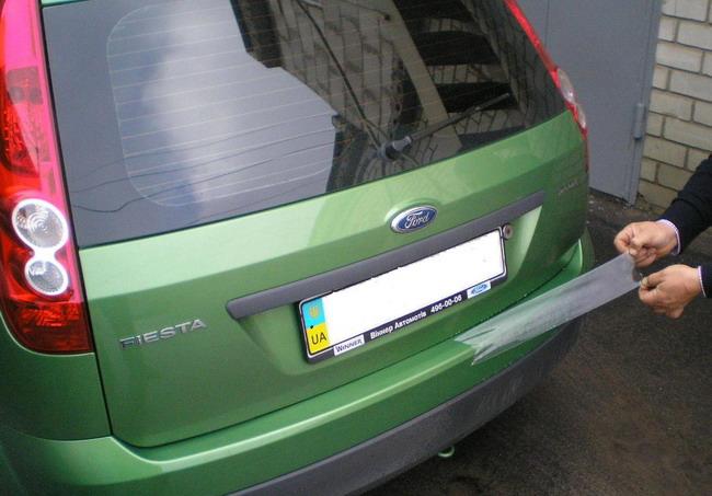 Полезным также будет защитить прочной пленкой поверхность бампера около проема багажника.