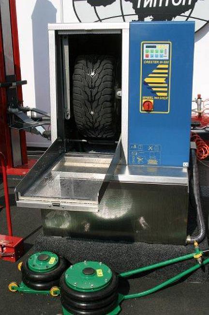 Если летние шины хранились вместе с дисками, перед монтажом на автомобиль вымойте их.