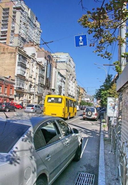 парковка на полосах для движения общественного транспорта