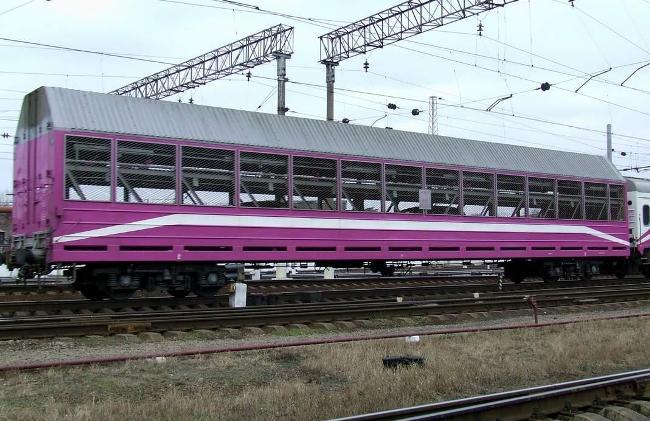 Погрузку машины на крытую платформу осуществляет персонал поезда или сам владелец.