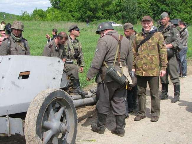 На реконструкции боя участники мероприятия показали много уникальной военной техники