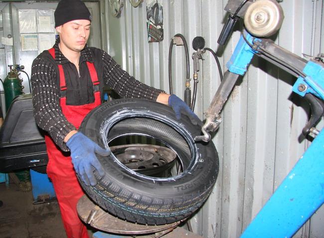 Квалифицированный мастер и хорошее оборудование - залог того, что шину и диск не повредят.