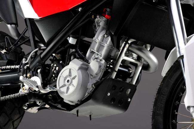 Мотор резво подганяет легкий байк к новым приключениям