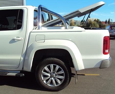 Хромированные дуги визуально объединяют крышу и кузов пикапа