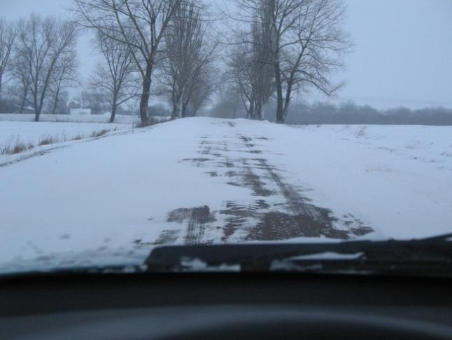 Езда по покрытой переметами дороге чревата разворотом машины при попадании колесами одной стороны в глубокий снег.