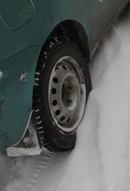 под слоем свежего снега может скрываться лед.