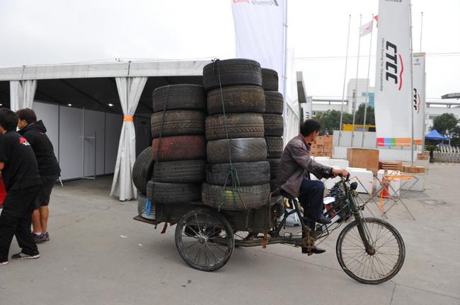 """Как бы не пытались китайские организаторы преукрасить трассу всяческими шариками и ленточками, другой местный """"колорит"""" проступал..."""