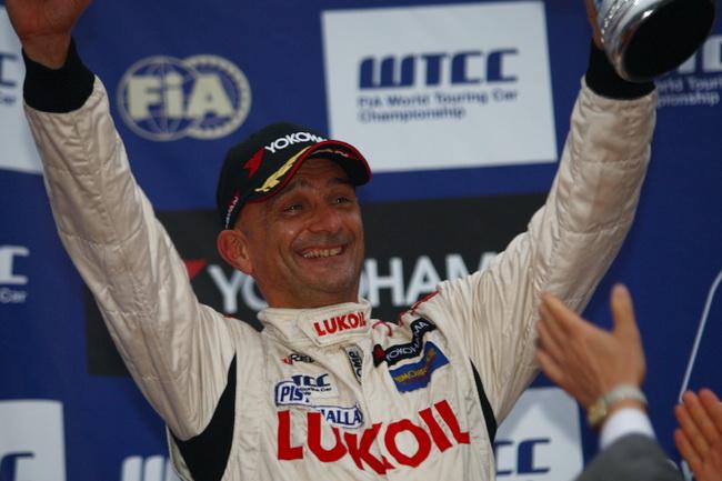 Как выяснилось после, на Seat-е Тарквини во второй гонке с самого начала была неисправность КПП, и он не мог понижаться нормальным способом!...