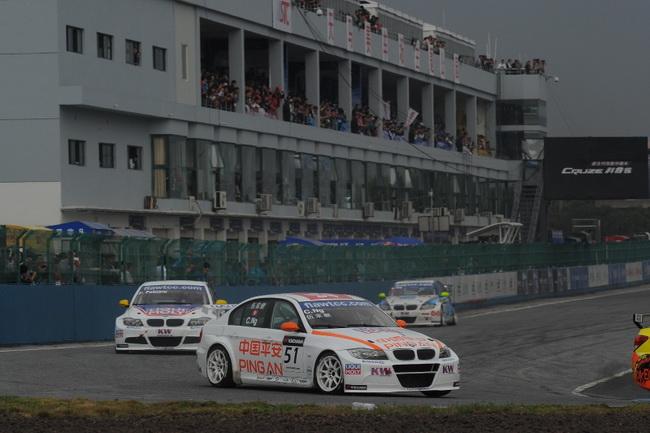 Даже китайский новичок Чарльз Нге на BMW во 2-м заезде прорвался с последнего 22-го на 10-е место, финишировав впереди многих завсегдатаев WTCC