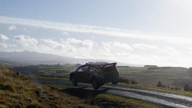 Даже когда над трассой Ралли Уэльса появляется редкое для Англии осеннее солнце, дорога обычно остается мокрой и скользкой!