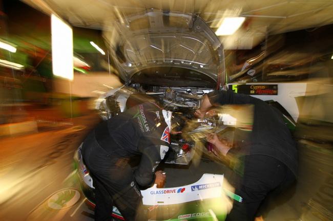 Любая команда работает над машинами и поздно вечером и до рассвета - завоевать чемпионский титул Миккельсену помогли его механники из Skoda UK