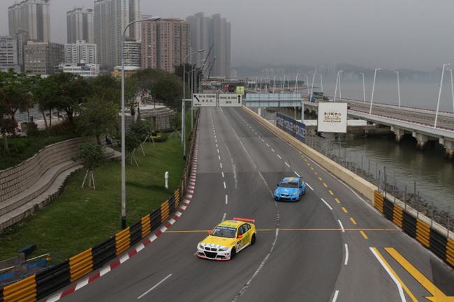 Несмотря на свою уличную сущность, на трассе в Макао присутствует сразу несколько длинных прямых и скоростных поворотов