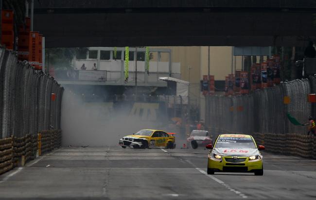 """Серьезная авария Квока, который обычно выступая на переднем приводе, не удержал """"баварку"""" на выходе из поворота, преостановила вторую гонку"""