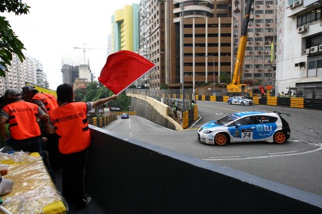 """Но помимо этого поворота на 6-километровой трассе хватает """"узких"""" мест, из-за чего сефети-кары или красные флаги не редкость в Макао"""